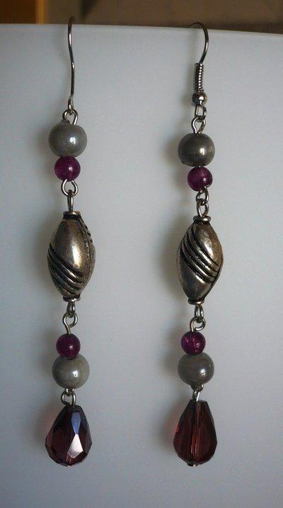 Orecchini pendenti viola grigi e metallo decorato