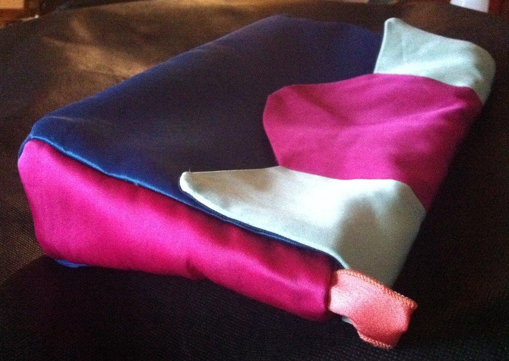 Rainbow - Morbida pochette multicolor in duchesse misto seta, interamente realizzata a mano.