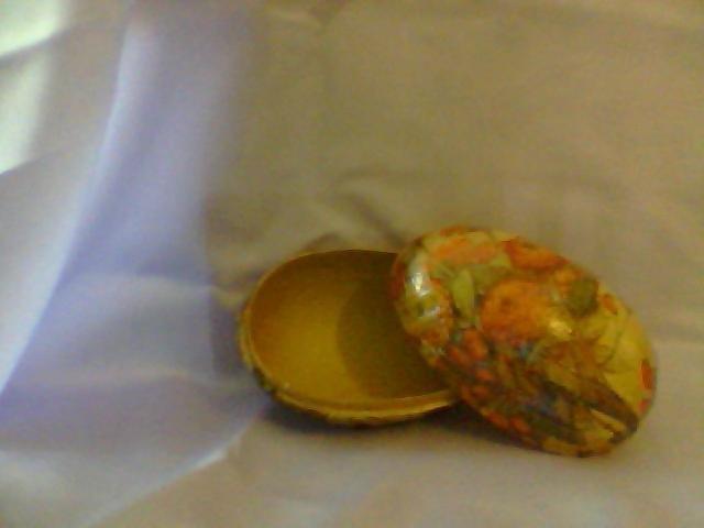 scatola  a forma di uovo decorato con decupage