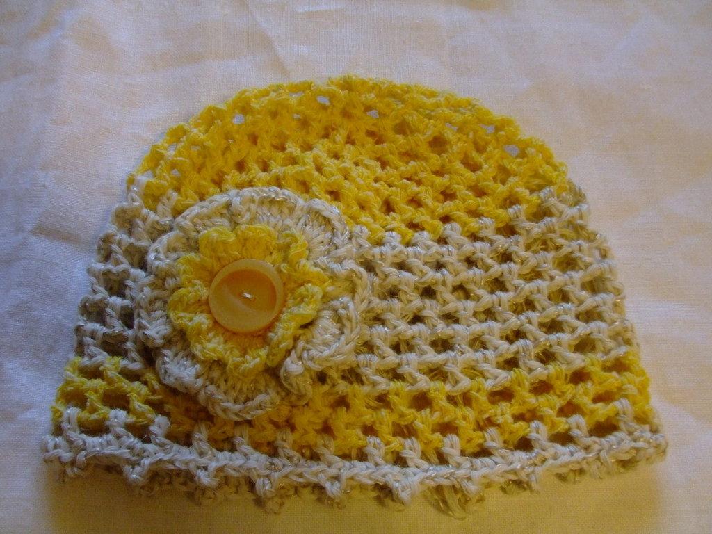 Cuffia baby,giallo-panna,di cotone lavorata all'uncinetto