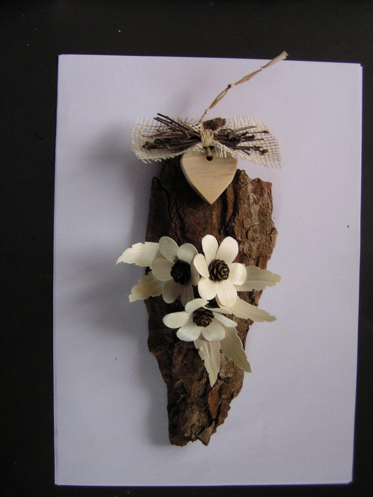 Corteccia decorata con fiori in legno