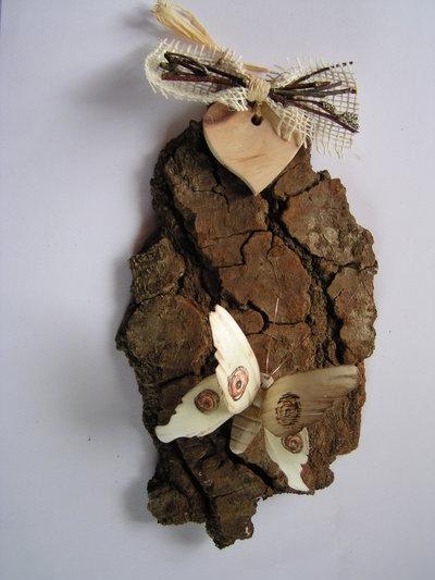 Corteccia decorata con farfalla in legno