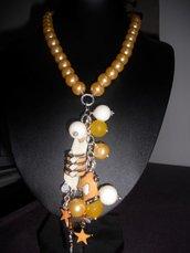 collana con perle e ciondoli