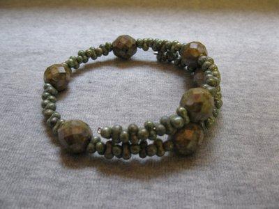 Bracciale in molla armonica con cristalli Boemia verdi