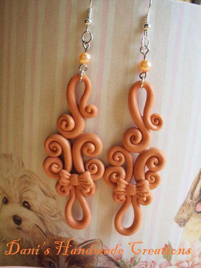 orecchini lunghi ghirigori con fiocchetto e perline color pesca - realizzati in fimo