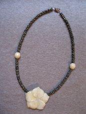 Collana con fiore in pietra e mezzi cristalli