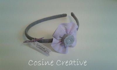 Cerchietto grigio con fiore lilla fatto a mano