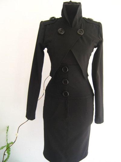 Signora elegante in abito nero