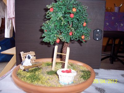 bonsai di melo eseguito con perline e miniature