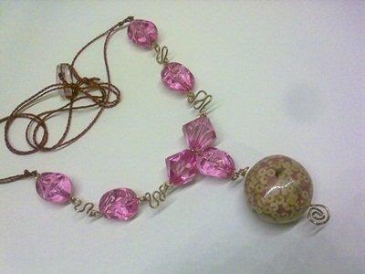 Collana rosa con ciondolo