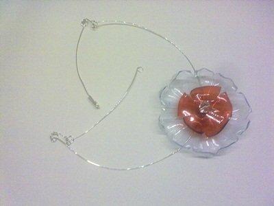 collana in plastica rossa e trasparente