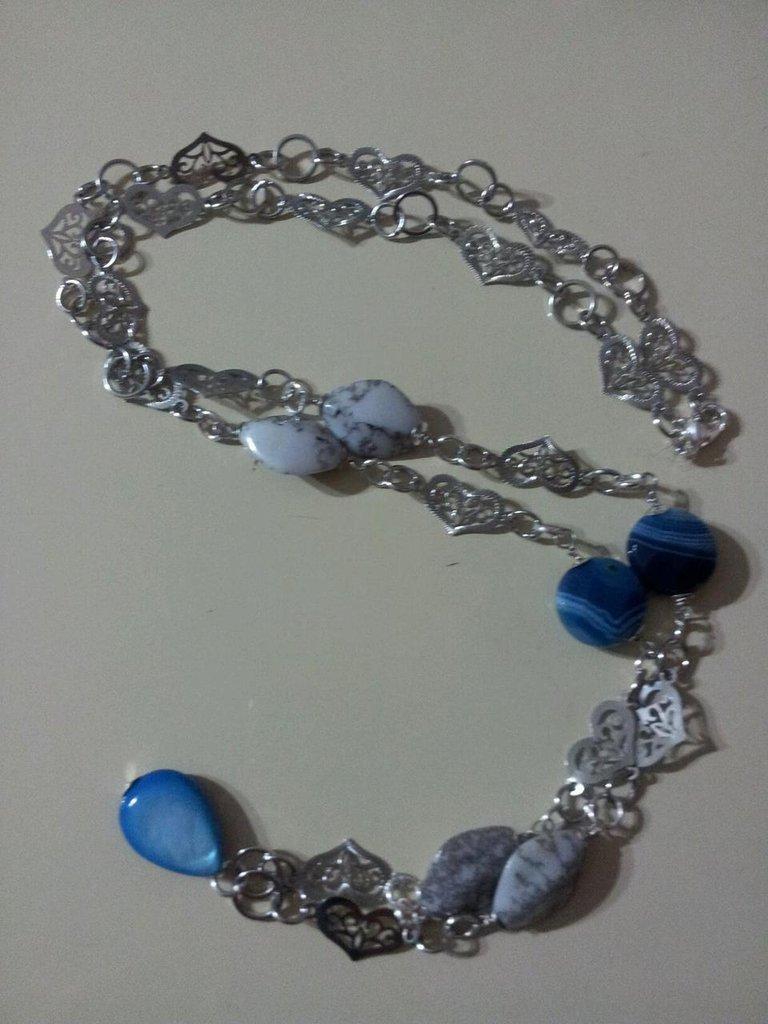 Collana con cuori argentati e pietre azzurre e bianche
