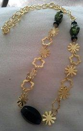 Collana con catena dorata a fiore con pietre nere e verdi