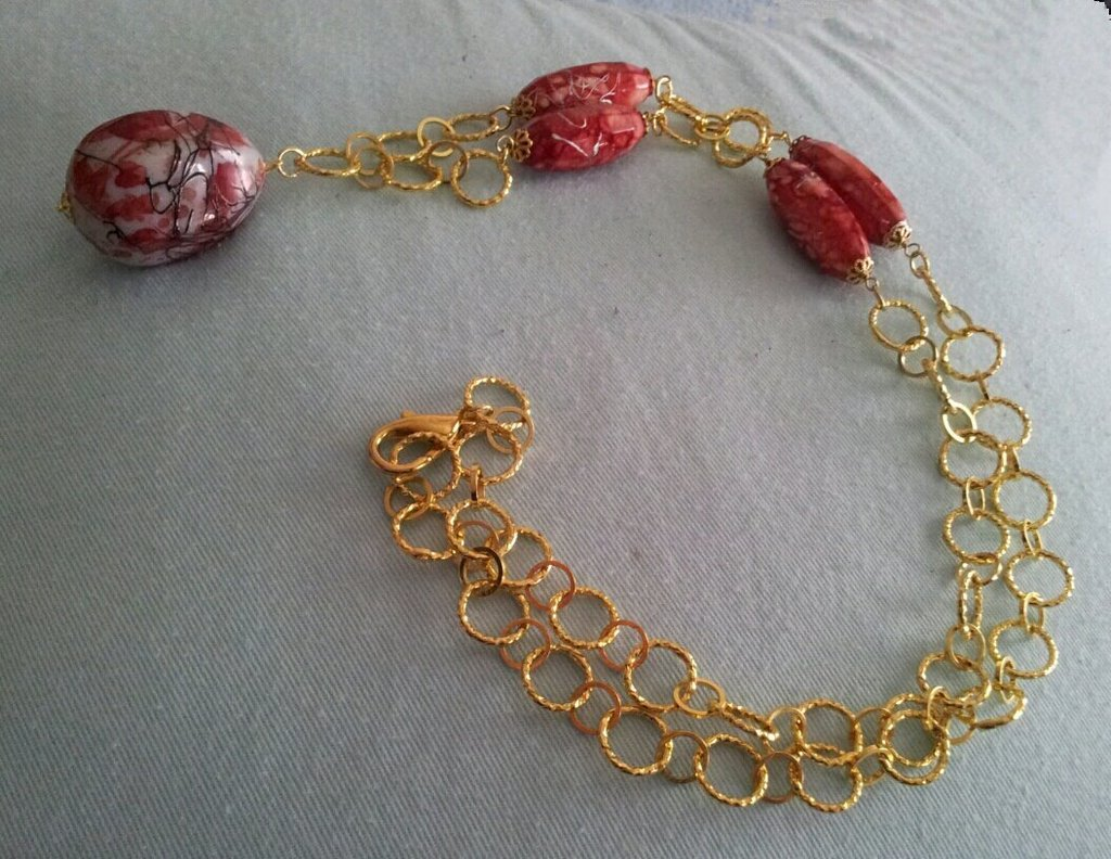 Collana con cerchi dorati con pietre rosse