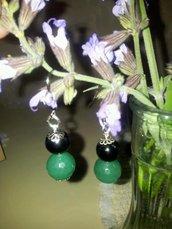 orecchini neri e verdi