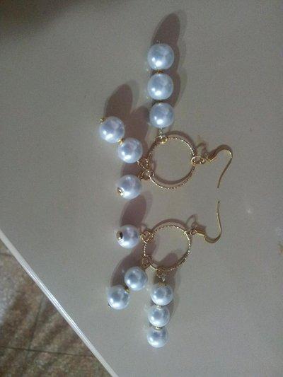 Orecchini dorati con perle bianche