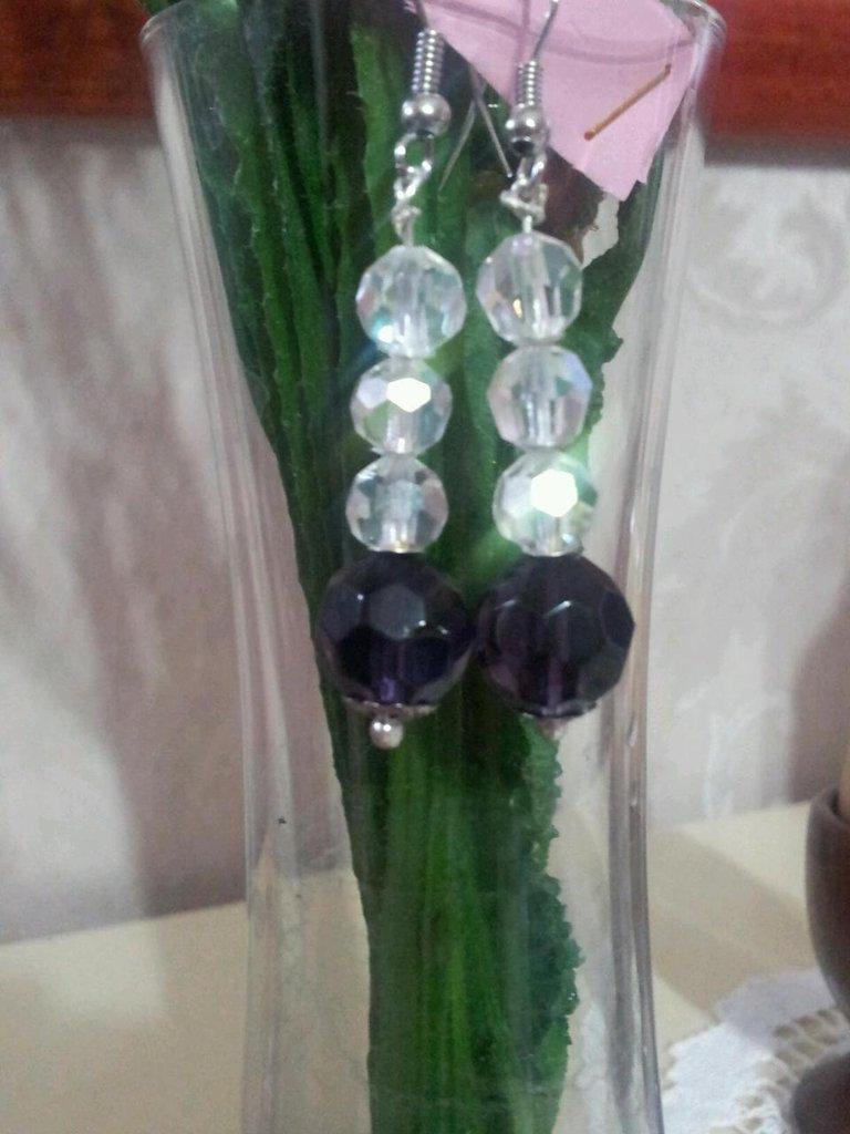 Orecchini con pietre sfaccettate e luminose col viola