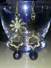 Orecchini con fiori dorati e pietre viola