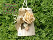 Tegolina in legno con rose in pasta di mais