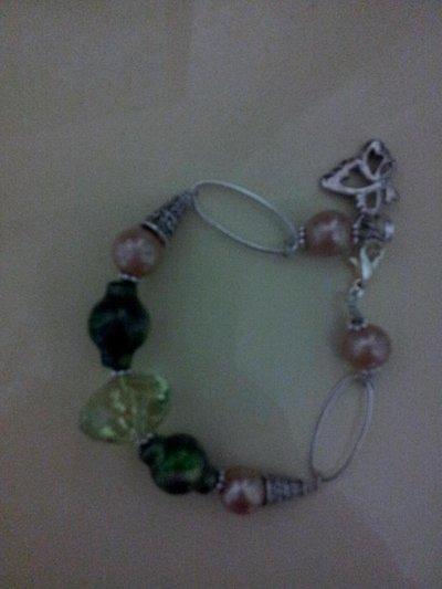 Bracciale argentato  con verde rosa e farfallina pendente