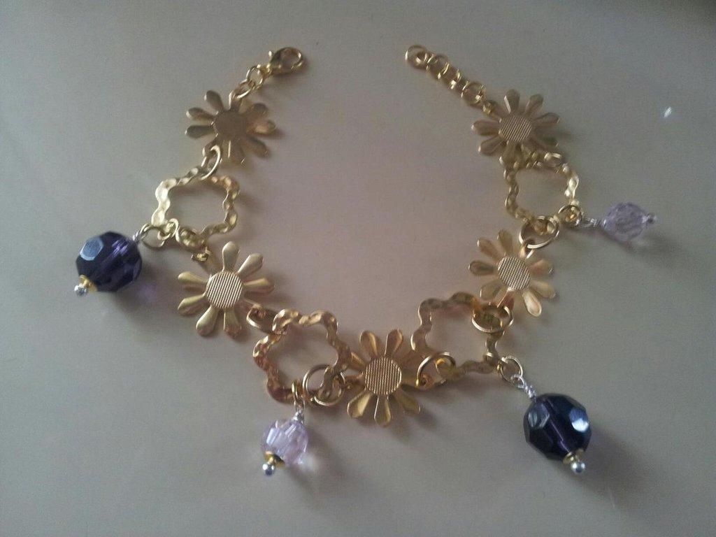 Bracciale dorato con pietre viola e rosa