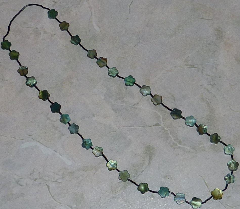 Collana lunga in madreperla verde e vetro nero