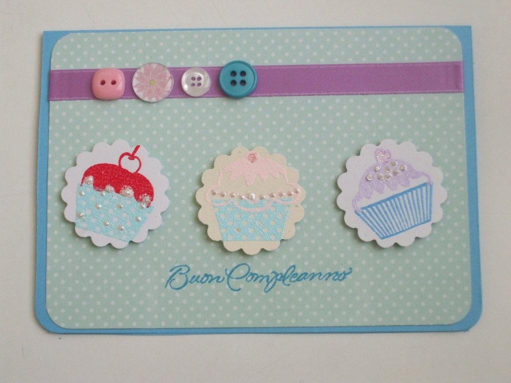 Biglietto buon compleanno con cupcakes e bottoni fatto a mano