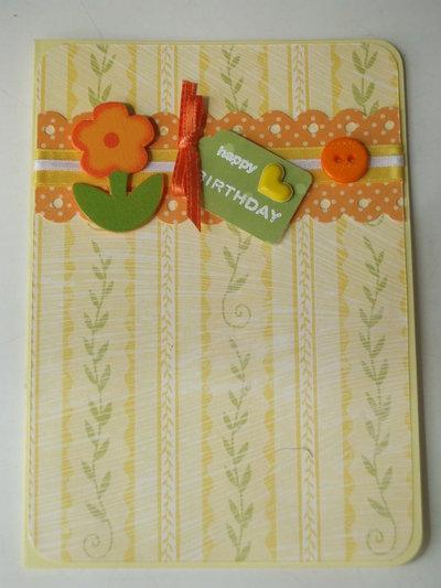 Biglietto d' auguri giallo con fiore e bottone