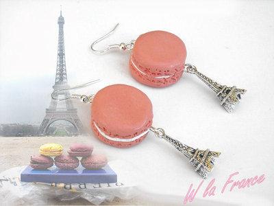orecchini macarons rosa in fimo con tour eiffel in metallo