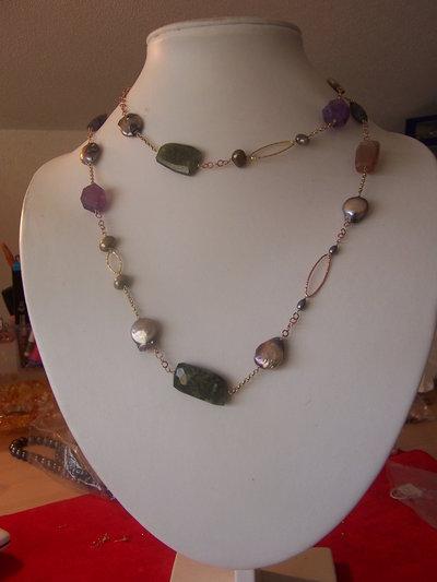 Collana in pietra dura adularia, peridoto, ametista, iolite e perle