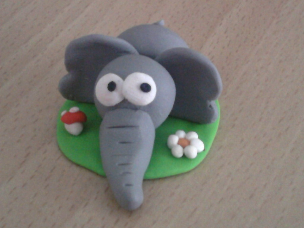 Elefante su prato fimo