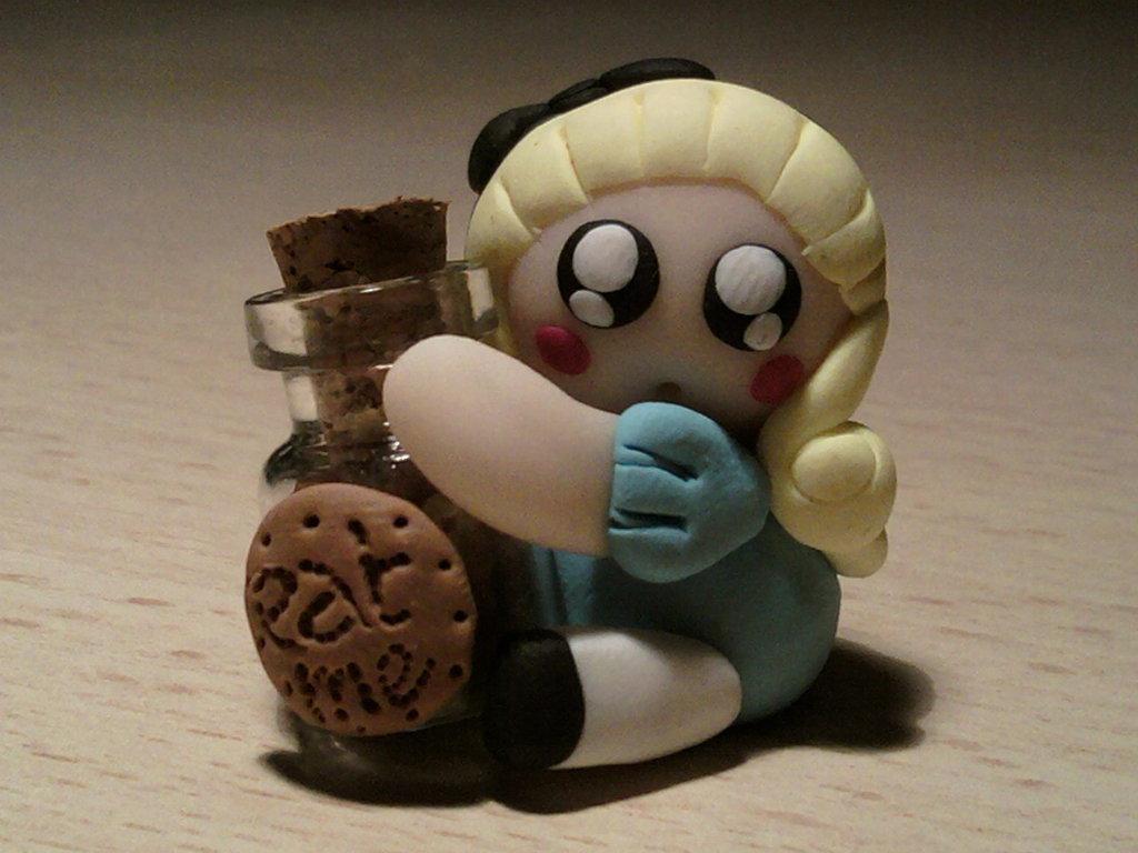 Alice con bottiglietta di biscotti fimo