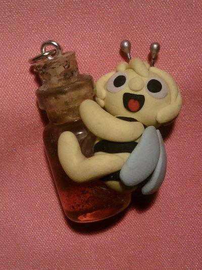 Ciondolo Ape Maia con bottiglietta di miele fimo