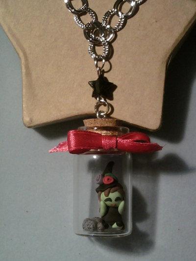 Collana con mini strega in bottiglietta 4 cm fimo