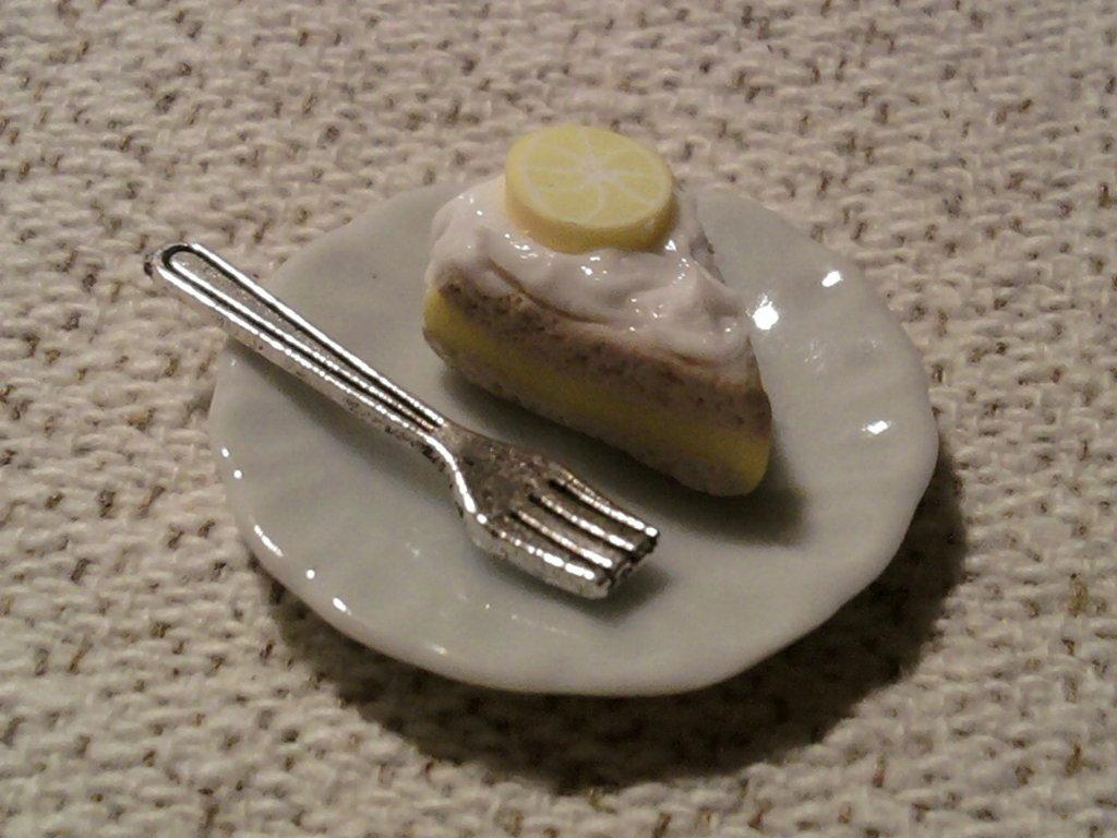 Piattino con fetta di torta fimo