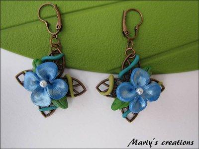 Jungle Style 7, orecchini con fiore azzurro in pasta sintetica / polymer clay