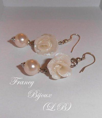 Orecchini con rosa e perle bianco