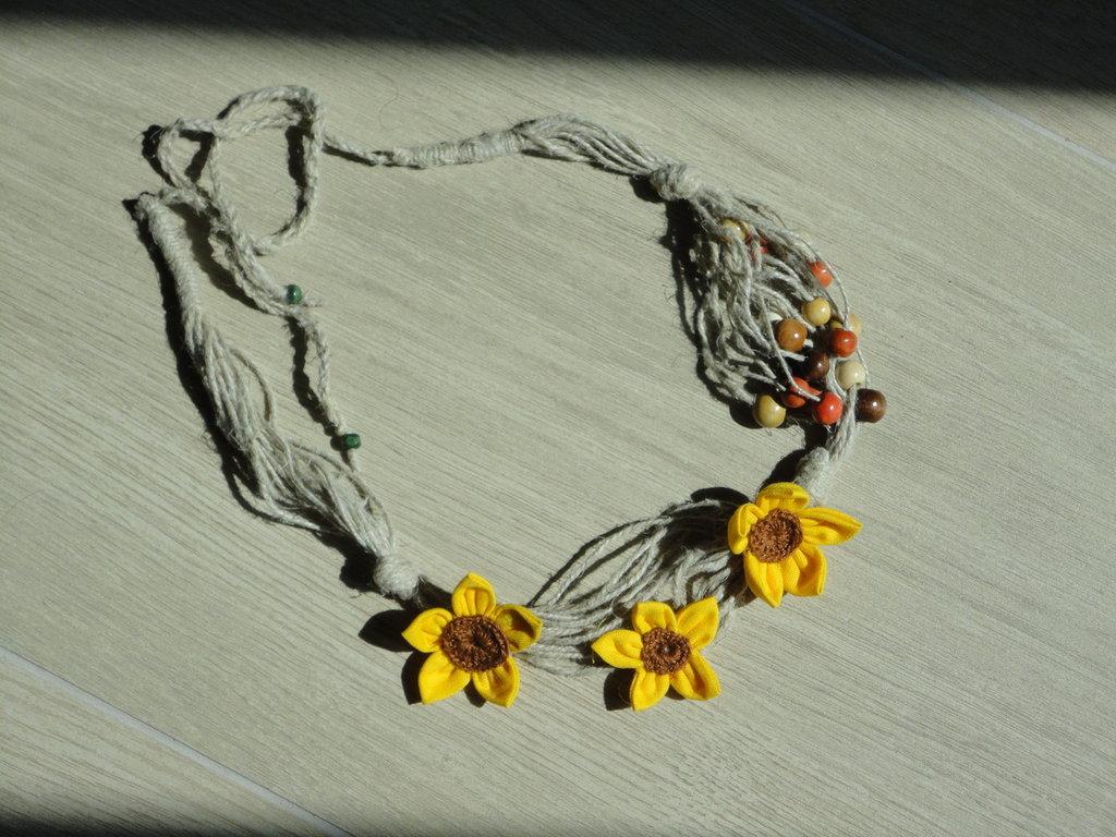 collana di spago con fiori e perline