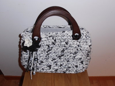 B52 Borsa in fettuccia fantasia bianca e nera con manici in legno---Bag in black and white fancy ribbon with wooden handles