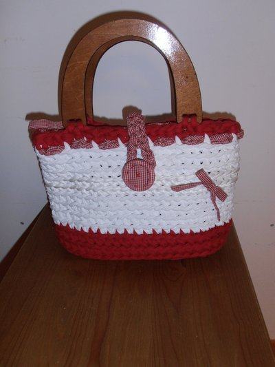 B51 borsa in fettuccia bianca e rossa con bottone e manici in legno-------Handmade white and red ribbon bag with botton and wooden handles