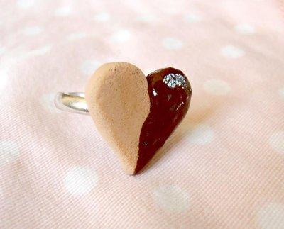 Anello cuore immerso nel cioccolato - in Fimo