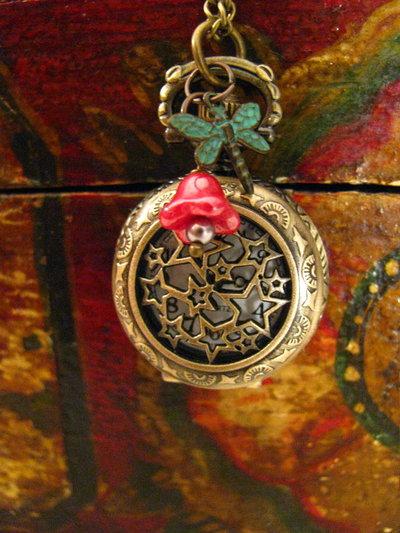 Reloj colgante tipo relicario con libélula y flor roja de cristal checo
