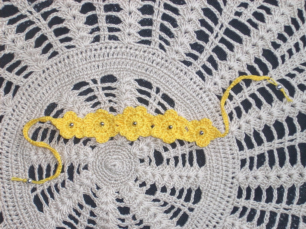 bracciale giallo con perline uncinetto