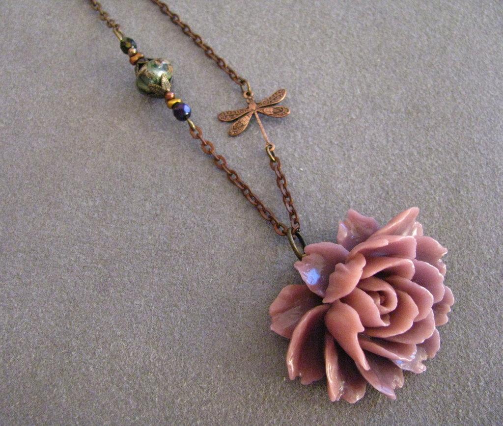Colgante rosa lila con libélula, cristal checo y piedra natural