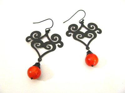 Pendientes estilo arabesco con coral rojo