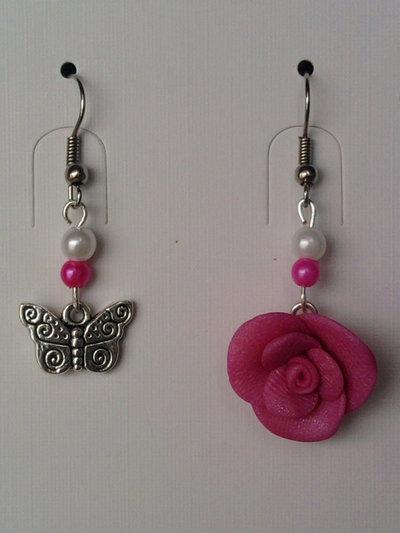 Orecchini con rosa, farfalla e perle fimo