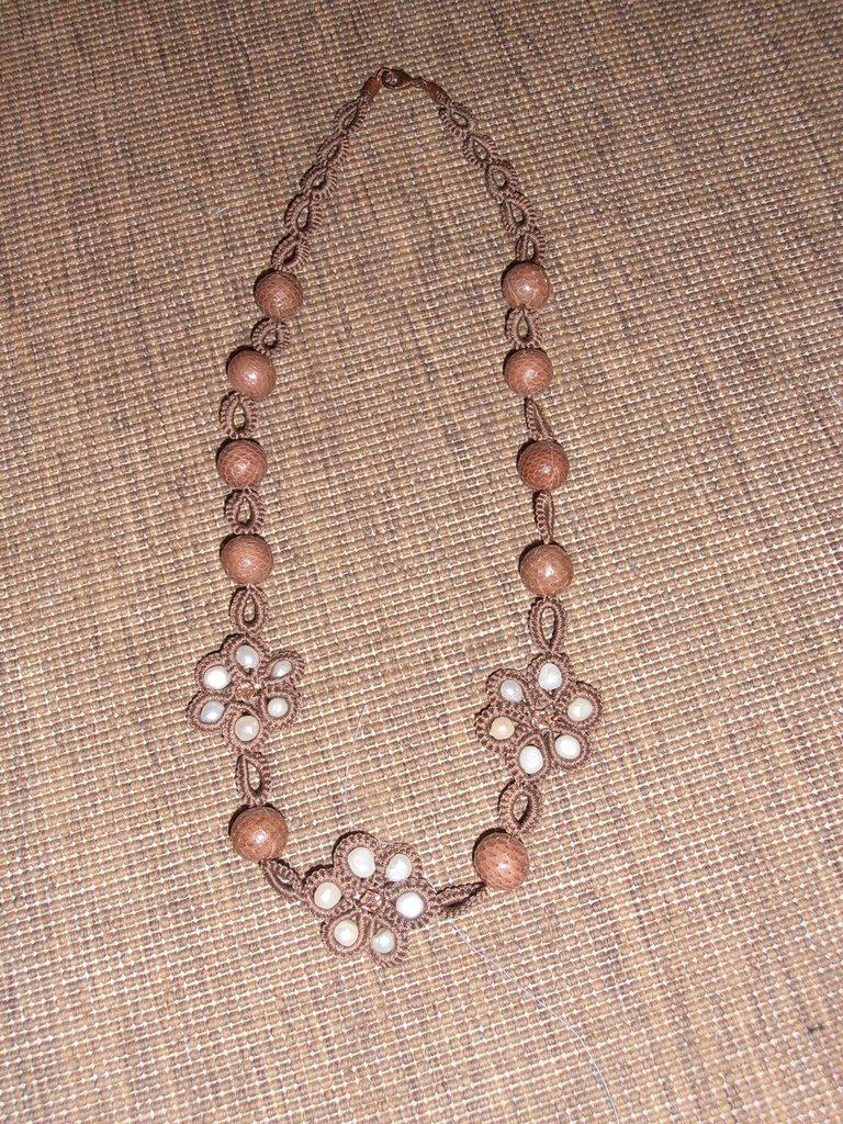 C28 Collana originale a chiacchierino, sfere rivestite in pitone e perle di fiume------------Handmade necklace with tatting technique,flowers, pyton skyn coated spheres