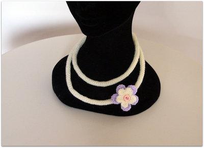 Collana rosa tubolare con fiore