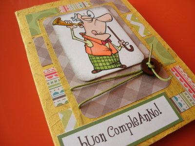 Biglietto auguri buon compleanno vecchietto con bastone giallo verde arancione marrone