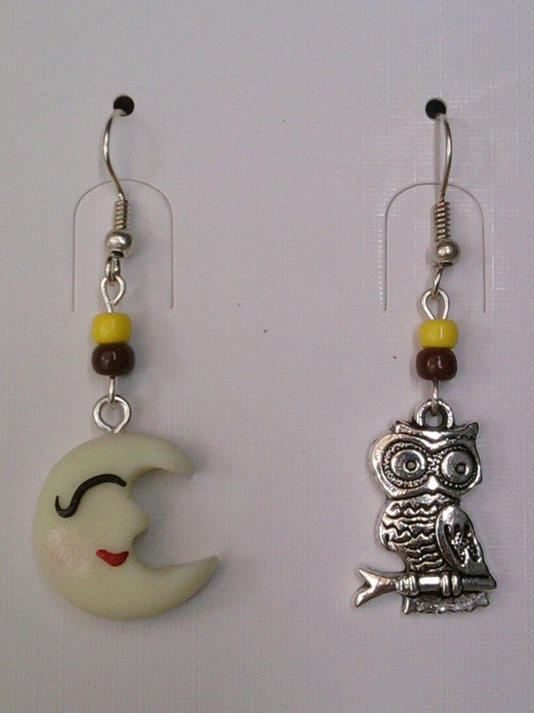 Orecchini con luna fluorescente, gufo e perle fimo